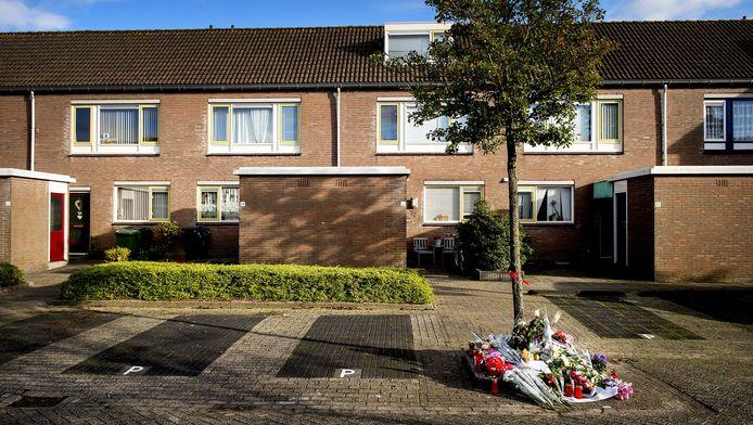 Bloemen in de straat in Heerhugowaard waar een tweede babylijkje is gevonden.