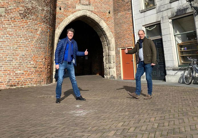 Burgemeesters Eric van Oosterhout en Peter Snijders afgelopen zaterdag onder de Sassenpoort in Zwolle.