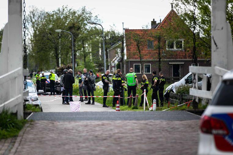 Een politieachtervolging na een gewapende overval op een waardetransport in Amsterdam Noord eindigde woensdag in een weiland in Broek in Waterland. De politie heeft zes verdachten aangehouden, van wie twee gewond zijn. Eén verdachte is overleden. Beeld ANP