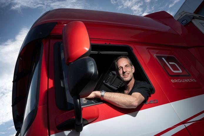 Chauffeur Frank van Esch, van transportbedrijf Brouwers, wordt verzocht om buiten koffie te drinken in verband met het coronavirus.