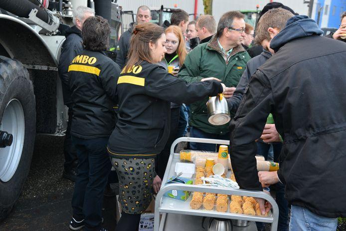 Voor alle actievoerende boeren is er koffie en koek, aangeboden door Jumbo