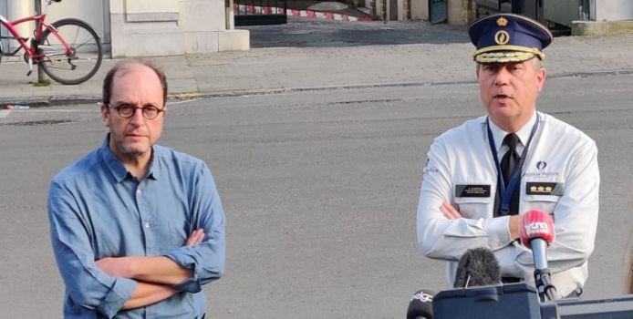Anderlechts burgemeester Fabrice Cumps (l) en korpschef Patrick Evenepoel spreken de pers toe na het overlijden van Adil (19) vorige maand in de Brusselse gemeente.