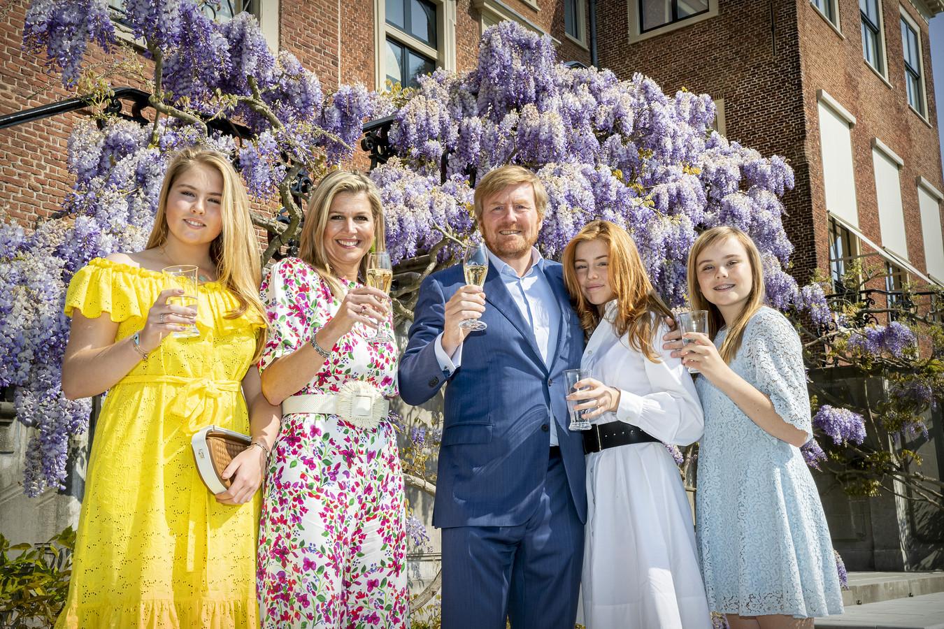 Koning Willem-Alexander, Koningin Maxima en de prinsessen Amalia, Alexia en Ariane brengen voor Paleis Huis ten Bosch een toost uit op Koningsdag. Vanwege de coronacrisis was de viering in Maastricht afgelast.