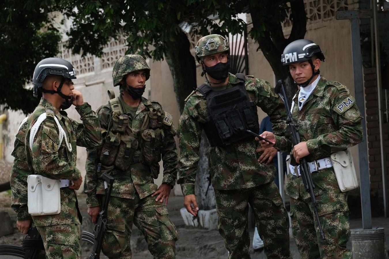 Soldaten staan op wacht bij de militaire basis in Cúcuta, Colombia, waar een autobom ontplofte.