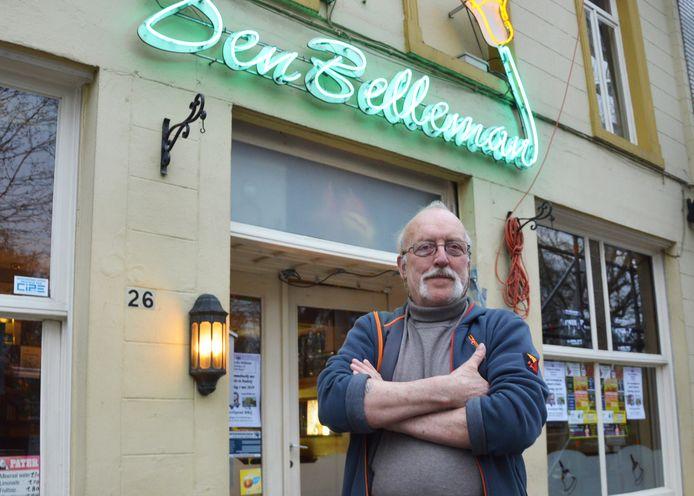 Uitbater Hubert Simoens aan zijn café Den Belleman langs de Denderkaai in Ninove.
