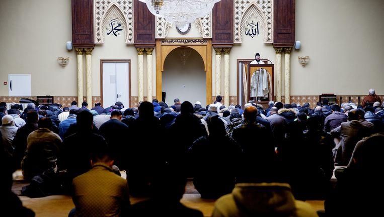 Het vrijdaggebed in de Marokkaanse moskee-annex-islamitisch centrum Imam Malik in Leiden. Het is niet bekend of deze moskee ook buitenlandse geldschieters heeft. Beeld anp
