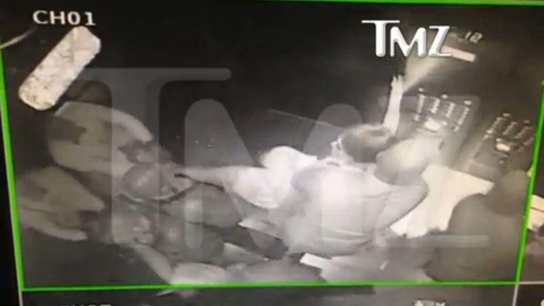 Een scène uit de lift, Solange moet behoorlijk in bedwang gehouden worden.