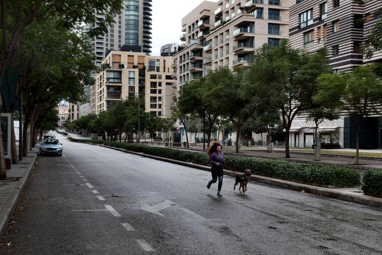In de rijkere wijken van Beiroet zijn de straten bijna helemaal leeg. Beeld AP