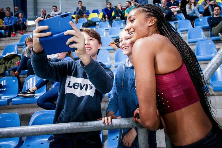 Fans nemen een selfie met Thiam. Beeld Photo News