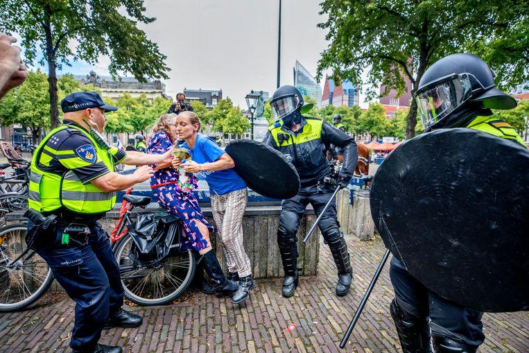 De politie komt in actie tijdens protesten tegen de coronamaatregelen in Den Haag. Beeld Raymond Rutting / de Volkskrant