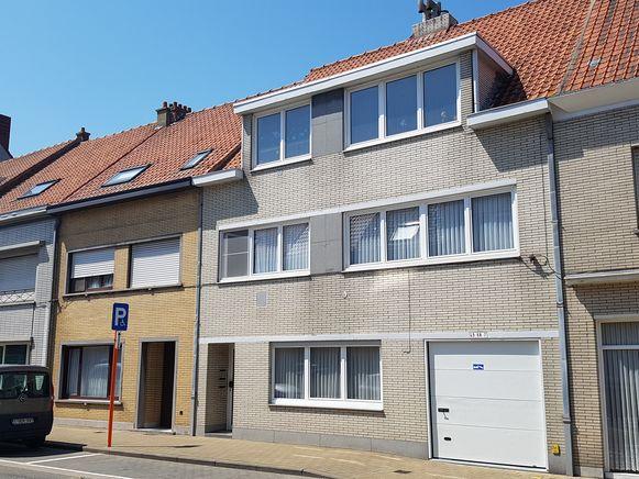 Het huurhuis in de Nukkerstraat in Bredene waar F.P. met zijn moeder woonde, op de tweede verdieping.