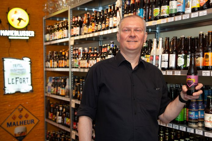 Peter de Vries tussen de bieren van Bierhuys Winkel