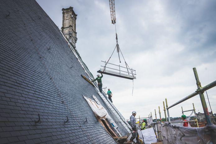 Bouwvakkers leggen de laatste hand aan het dak van het Gentse stadhuis.