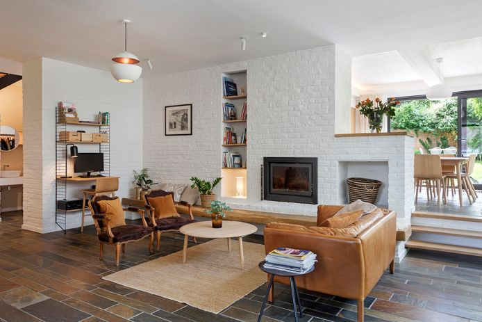 Le mobilier et la déco s'harmonisent parfaitement avec les teintes du bois et du schiste déjà présents.