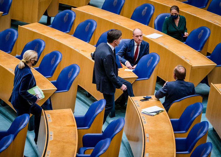 VVD-leider Mark Rutte (tweede van links), met in zijn kielzog D66-leider Sigrid Kaag, passeert Gert-Jan Segers (ChristenUnie), Kees van der Staaij (SGP) and Carola Schouten (ChristenUnie). Nergens staat dat de leider van de grootste partij ook de premier levert. Beeld EPA