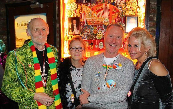 René Zeelen (links) met naast hem zijn vrouw en vrienden tijdens zijn laatste avond carnaval in café A Jenne Sjlaagboom in Kerkrade.