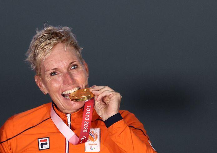 Jennette Jansen beproeft haar gouden medialle.