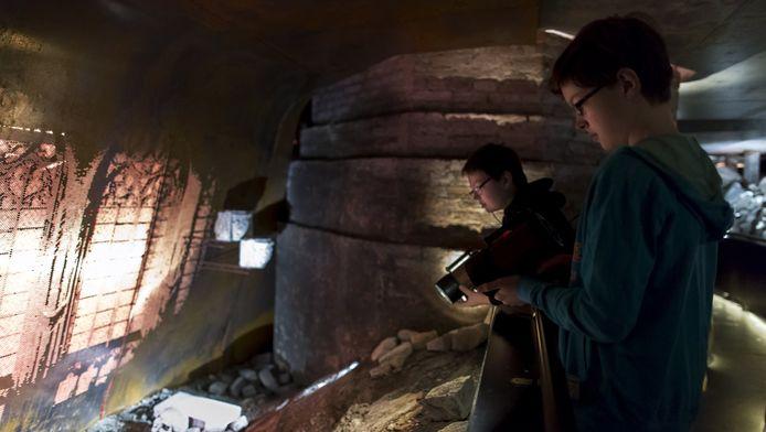 Bezoekers kijken met een speciale zaklamp rond