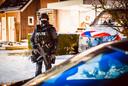 Het huis en de omgeving werd na de vondst van de flinke lading coke bewaakt door zwaarbewapende politiemensen.