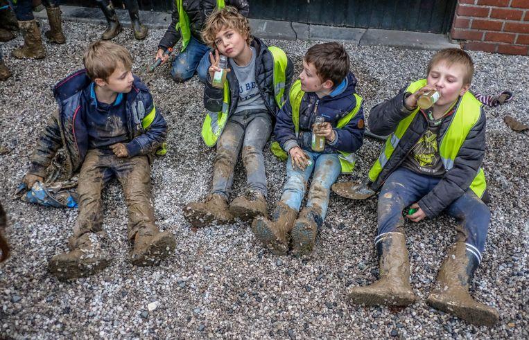 De kinderen maakten zich goed vuil tijdens de boomplantactie.