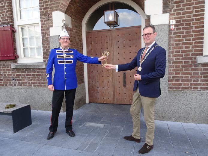 Vincent Baaijens en burgemeester Ronald van Meijgaarden