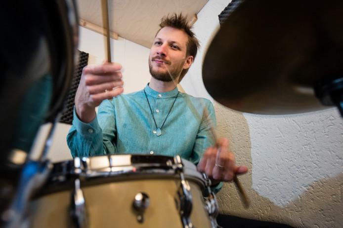 Eddie Jensen begint met drumlessen in boerderij De Meijer in Neede.
