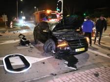 Automobilist vliegt uit de bocht en ramt verkeerslicht op Poeldijkseweg
