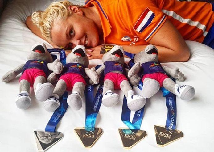 Sharon van Rouwendaal met haar vier medailles na het EK zwemmen in Glasgow.