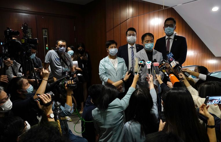 Hongkongs laatste pro-democratische volksvertegenwoordigers na het indienen van hun ontslag.  Beeld Vincent Yu / AP