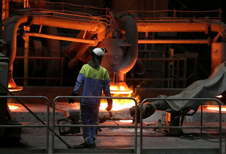 Een werknemer bij de hoogovens van Tata Steel in IJmuiden Beeld REUTERS