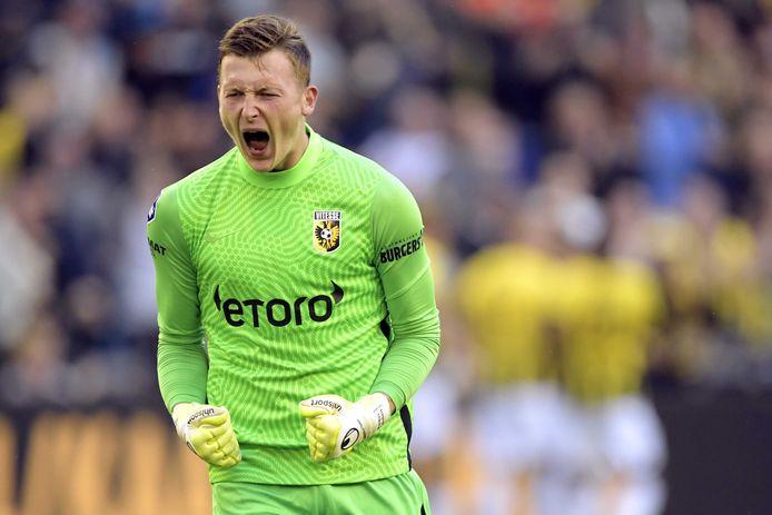 Vitesse-keeper Markus Schubert viert de zege in de UEFA Conference League play-offs tegen RSC Anderlecht.