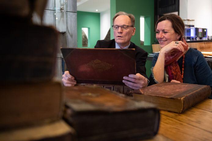 Taxateur Arie Molendijk bekijkt twee boeken van Shakespeare meegebracht door Els Schimmel uit Oosterhout.