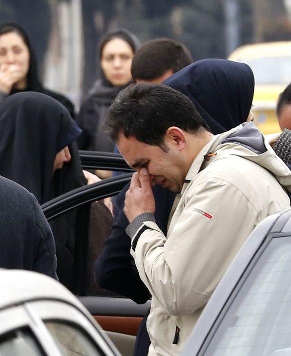 Treurende nabestaanden komen samen bij een moskee nabij de luchthaven van Teheran.
