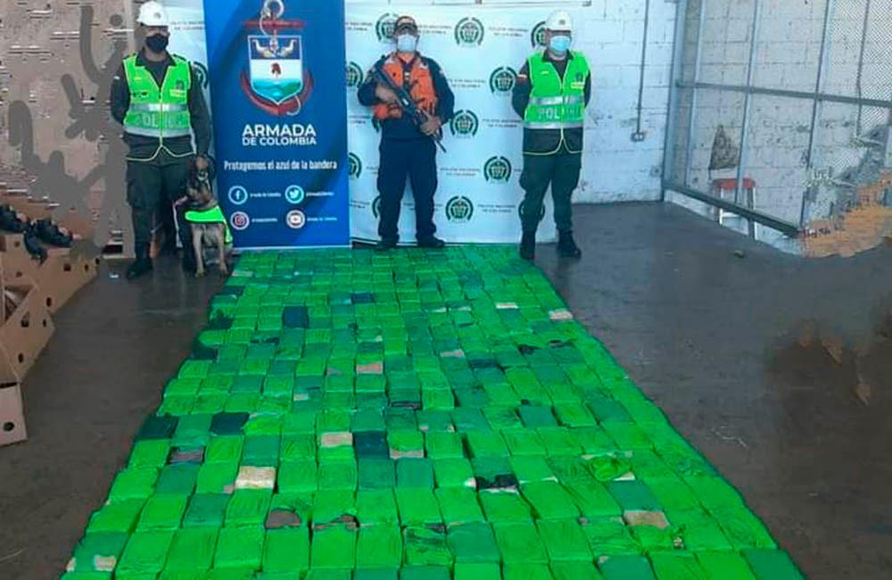 De Colombiaanse douane pronkt met de vangst.