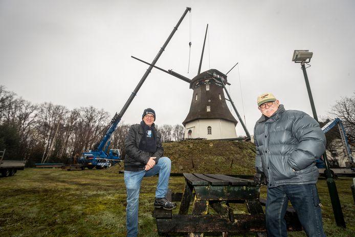 Molenaars Marius Verheijen (rechts) en Gerry Verwegen bij de molen in Milheeze, waar gestart is met de renovatie.