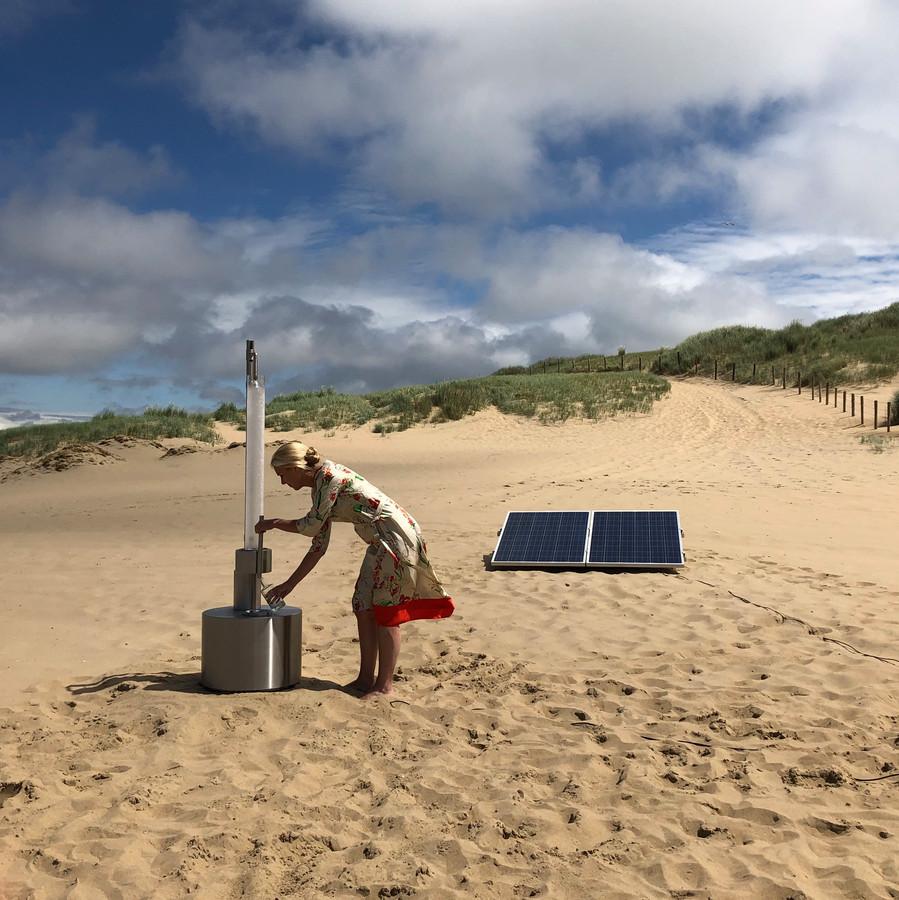 Minister Sigrid Kaag test de watermaker van Ap Verheggen.