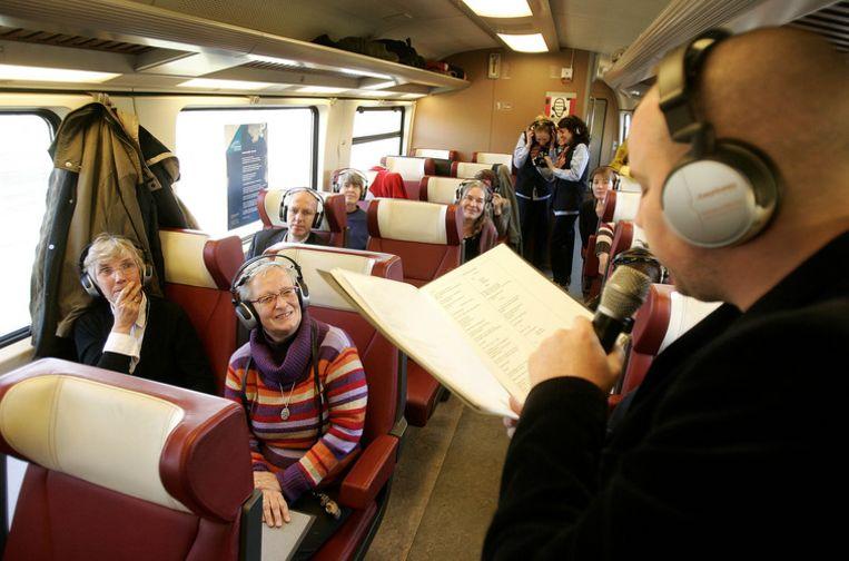 Tsead Bruinja leest een gedicht voor aan treinreizigers. Foto ANP/Olaf Kraak Beeld