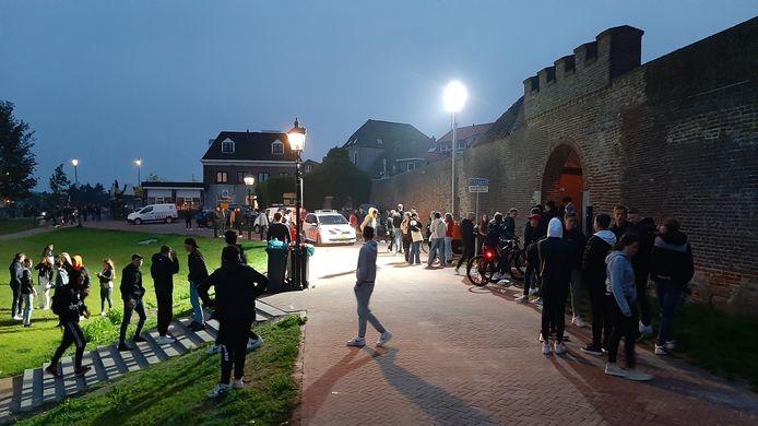 Halverwege de zaterdagavond verzamelden zich jongeren op de Wijde Wellen. Later dit nacht werd hier een jongeman aangehouden waarbij de politie de wapenstok in de hand nam. Er is niet mee geslagen, stelt de politie. Ook niet op andere locaties.