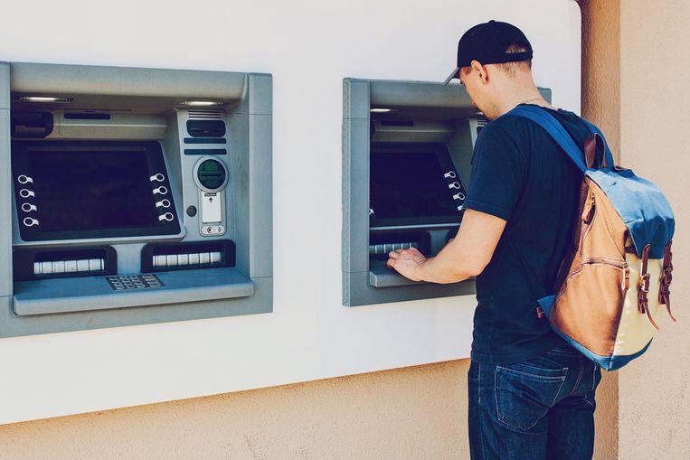 Het aantal geldopnames is vorige maand gehalveerd. Beeld Shutterstock