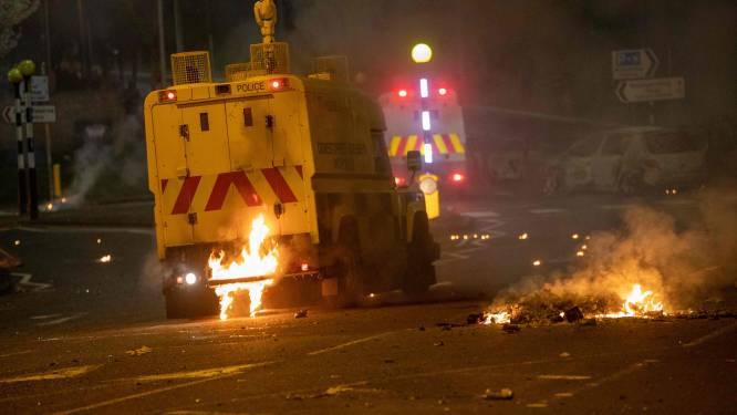 Dertig benzinebommen naar agenten gegooid in Noord-Ierland
