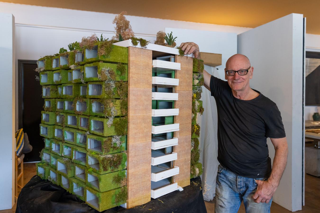 Rob Schipper met zijn maquette. Hier kijk je op de achterkant van de flat.