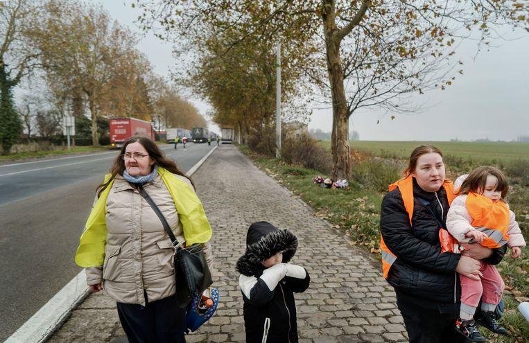Géraldine met haar dochter en kleinkinderen: 'Wij willen leven. Wat niet hetzelfde is als overleven.' Beeld Eric De Mildt