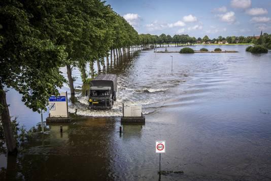 Bewoners kunnen met hulp van een pendeldienst, uitgevoerd door defensie, door het hoge water van de Maas tussen Bergen en Nieuw Berge worden vervoerd.