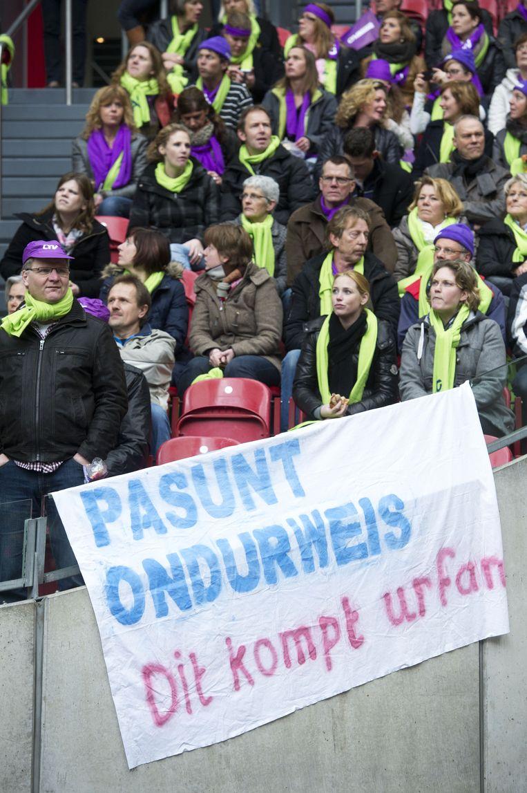 Leraren en leraressen uit het basisonderwijs zijn verzameld in de Amsterdamse Arena voor het protest van de onderwijsbonden tegen de voorgenomen bezuinigingen in het passend onderwijs, in 2012. Beeld anp