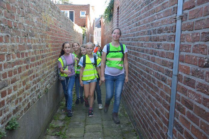 De leerlingen van vijfde leerjaar van het Hartencollege Basisonderwijs Meerbeke tijdens hun sponsortocht om de heropbouw van scholen in Wallonië die door het noodweer werden verwoest te steunen.
