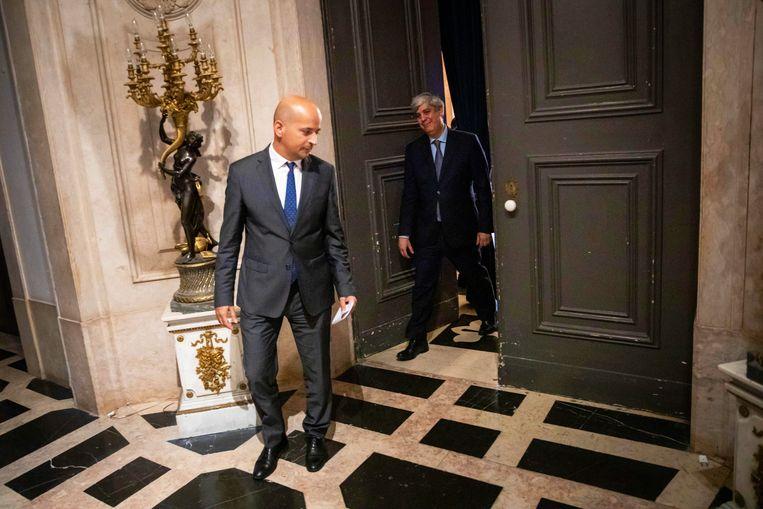 Mário Centeno en Joao Leao (links) verlaten een persconferentie in het  Palacio da Ajuda in Lissabon. Dinsdag liet Centeno weten niet langer minister van Financiën voor Portugal te willen zijn. Beeld EPA