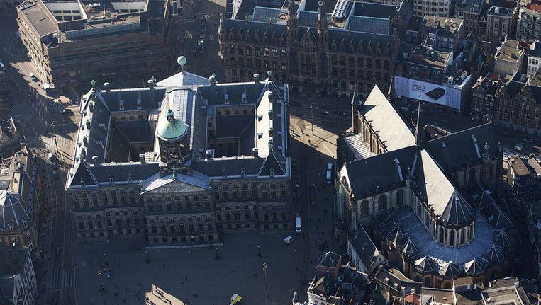 Een luchtfoto van de Nieuwe Kerk en het Koninklijk Paleis op de Dam. Het paleis en de kerk zijn op 30 april het decor van de inhuldiging van koning Willem-Alexander. Beeld anp