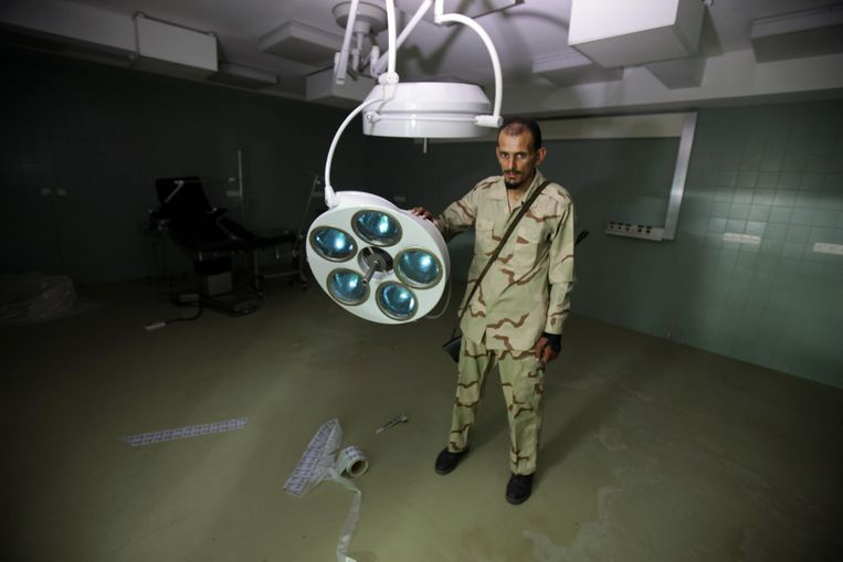 A Libyan rebel inspects a clinic at an underground network of bunkers under the mansion of Motassem Kadhafi, a son of Libya's embattled leader, in Tripoli on August 30, 2011. Libya's rebels issued an ultimatum for Moamer Kadhafi's forces to surrender or face a military onslaught, as NATO said the strongman is still able to command his troops despite being on the run. AFP PHOTO/PATRICK BAZ Beeld null
