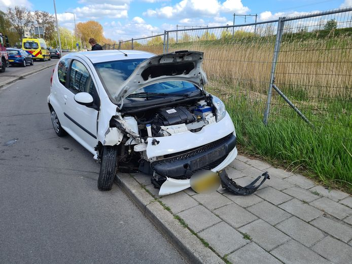 De auto was total loss door de botsing.