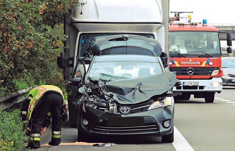 De Toyota is zwaar beschadigd na de klap tegen de bestelwagen.